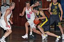 Hráči BK Jihlava (s míčem Tomáš Sedlák a Pavel Tůma – číslo 11) si těsnými domácími prohrami hodně zkomplikovali cestu za záchranou.