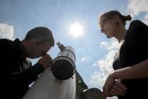 Odborníci. Pouhým okem nešlo unikátní astronomický jev na obloze zahlédnout. Zájemci se proto sešli na bráně Matky Boží v Jihlavě, kde byly připraveny speciální přístroje.