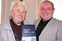 Historik Zdeněk Jaroš (vpravo) rokuje s osobností Jihlavska, profesorem Jaroslavem Točíkem, o nové knize.