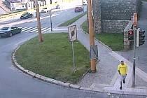 Jihlavští policisté pátrají po násilníkovi ve žluté mikině.