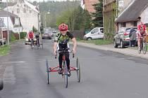 Závody handicapovaných cyklistů v Litvínově.