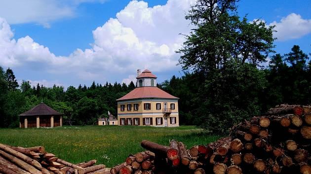 Výlet k loveckému zámečku Aleje nedaleko Stonařova vede z několika obcí. Ze Stonařova čapí stezkou.