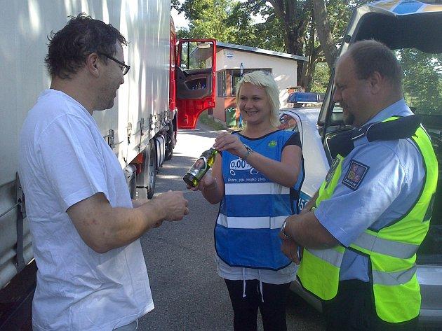 Řidiči, kteří v Čížově při včerejší policejní kontrole nenadýchali, dostávali nealkoholická piva.