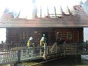 Před dvěma lety v létě srub na rybníku nedaleko Hodic Janu Bočkovi vyhořel.