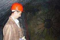Černé slunce, to byl název jedné z part, které se v minulosti scházely v jihlavském podzemí. Na obrázek na stěně posvítil náměstek primátora Martin Hyský.