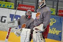 Filip Novotný (vlevo) debatuje na tréninku jihlavských hokejistů s Vratislavem Vajnerem.
