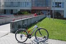 Nejen na úřady lze přijet na kole. Stojánky na bicykly stojí dokonce i před nemocnicí. Jsou hojně využívány lidmi, kteří jedou navštívit své nemocné příbuzné.