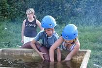 Děti z tábora v Lovětíně  prožili netradiční odpoledne. Díky dobrovolným hasičům si mohli vyzkoušet požární útok i hasičskou techniku.