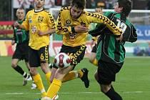 Fotbalisté Jihlavy (ve žlutém František Schneider) na jaře ještě venku nevyhráli. Napravit nepříznivou bilanci mohou v sobotu na Slovácku.