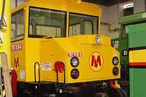 Lokomotiva má žlutou barvu. Metro ji využije například k tahání souprav po depu.