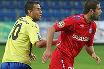 Jihlavský trenér Karol Marko slibuje před zápasem v Hlučíně útočnější fotbal. Prosadí se jeho svěřenci (ve žlutém Petr Faldyna) po dvouzápasovém půstu?