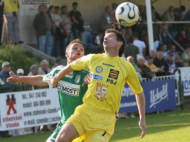 Jihlavský obránce Roman Drga (vpravo) svádí hlavičkový souboj s útočníkem Bystrce Tomášem Mrázkem v utkání druhé fotbalové ligy. Drga otevřel v úvodním poločase gólový účet zápasu, FC Vysočina však nakonec jen remizoval 1:1.