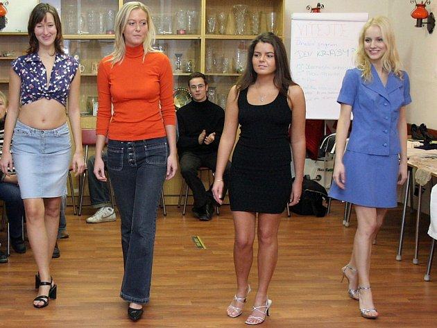 Šestnáctku modelů z nových i obnošených šatů předvedla na sobotní charitativní akci Den krásy v Jihlavské unii neslyšících čtveřice modelek.