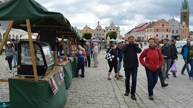 Čokoláda, jahody, med, koření, ale také bylinky, košíky či šperky. To vše si v sobotu mohli pořídit návštěvníci tradičních farmářských trhů v Telči.