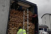 Muži byli schováni v půl metrů vysokém prostoru na nákladu dřeva.