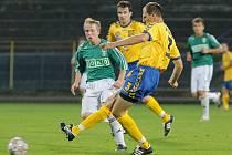 Kanonýr FC Vysočina Michal Kadlec (č.3 ve žlutém) v podzimním duelu s Karvinou