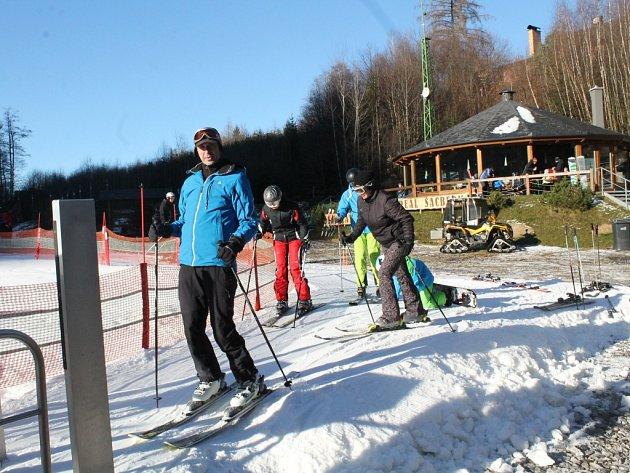 První lyžování. V průběhu sobotního dopoledne se začalo parkoviště u sjezdovky Šacberk plnit prvními lyžaři. Nadšenci si první den pochvalovali, že nejsou dlouhé fronty na vleku.