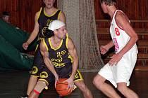 Basketbalisté BK Jihlava (v tmavém) si proti Žabovřeskám se střelbou příliš netykali.