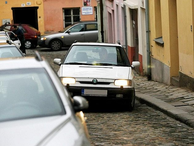 V úzkých uličkách v centru Jihlavy mají kolikrát problém projet i řidiči osobních aut. Velká hasičská auta chvátající k zásahu zde musí jet krokem.