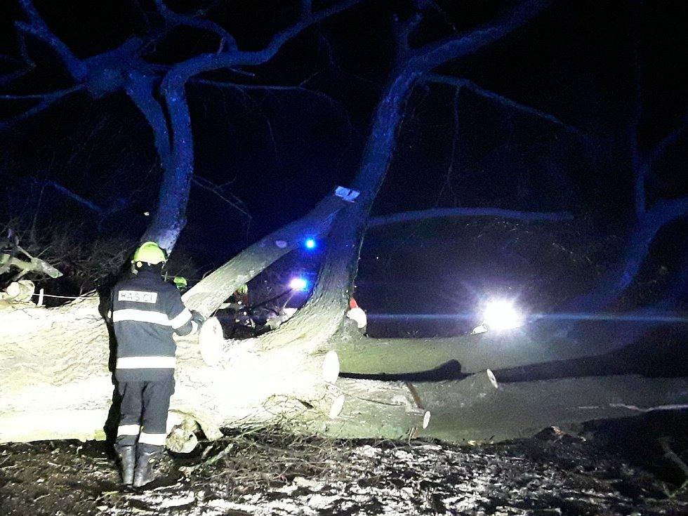 Popadané stromy a větve blokují na některých místech na Vysočině dopravu.
