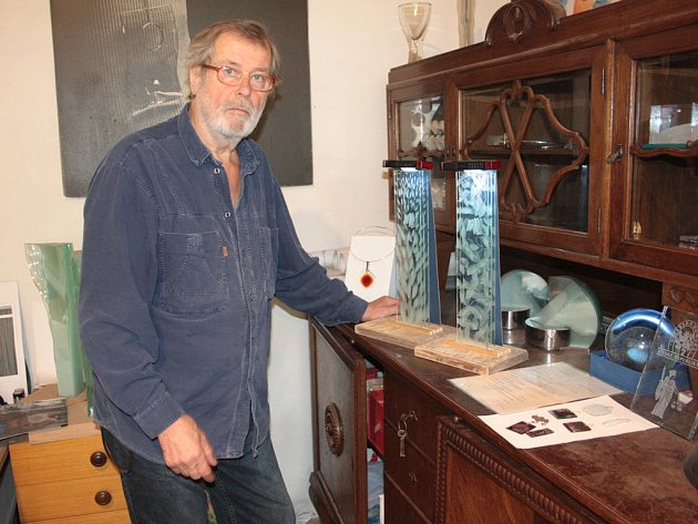 Svatopluk Kasalý pózuje ve svém ateliéru v Třešti s jedním ze svých děl.