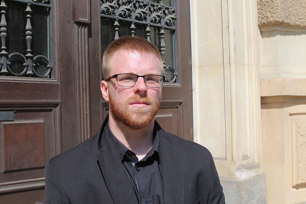 Petr Jelínek, alias youtuber Pstruh103 z JIhlavy před Krajským soudem v Brně.