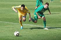Fotbalisté FC Vysočina Jihlava (ve žlutém Tomáš Kučera) poprvé na jaře nezískali ani bod. Ve 20. kole druhé ligy klopýtli na hřišti Sokolova, se kterým prohráli 1:2.