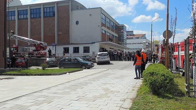 Evakuace. Cvičný zásah v budově Úřadu pro zastupování státu ve věcech majetkových zaměstnal hasiče i záchranáře. Přihlíželo i několik desítek kolemjdoucích.