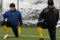 Jan Šilinger (v modrém vedle Michala Veselého) se už začal připravovat s druholigovou Jihlavou.