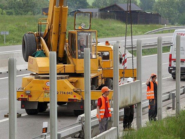 Nové úseky dálnic dostávají protihlukové stěny už při stavbě. Na Vysočině na ně obce čekají desítky let. Ilustrační foto.