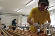 Miloslav Slepička je jedním z šesti stávajících účastníků malířského kurzu, které pro lidi bez zaměstnání organizuje jihlavská charita. Má již předběžně domluveno zaměstnání v Havlíčkově Brodě.