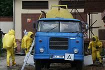 Hasiči v Jihlavě likvidovali  kyselinu vytékající z cisterny.