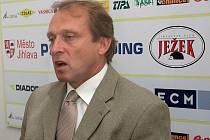 Ředitel klubu FC Vysočina Zdeněk Tulis se už nemohl dívat na chabé výsledky A-týmu, a pozval si na kobereček trenéra i sportovního manažera.