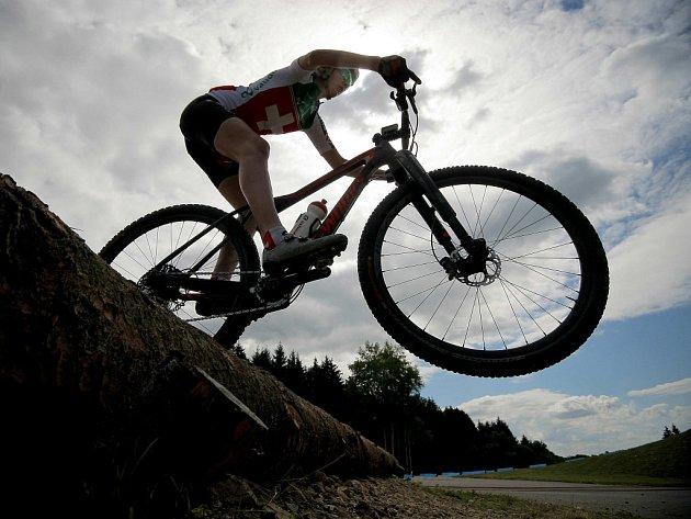 Poslední přípravy. Do oficiálního zahájení Mistrovství světa horských kol zbývá už jen pár hodin. Závodníci již pilně trénují a seznamují se s novoměstskými tratěmi. Zanedlouho změří své síly před desetitisíci diváků.