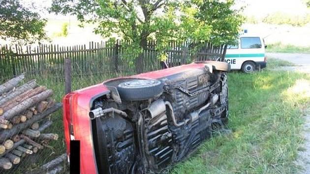 Devatenáctiletý mladík nezvládl řízení vozu Mazda a skončil v příkopu.