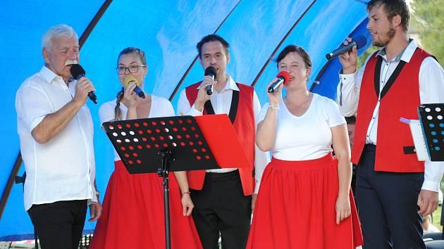 S Lučankou zpívá Karel Hegner