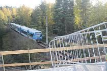 Pod mostem projedou denně desítky vlaků.