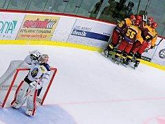 Michal Důras oslavil comeback dvěma góly. Radost Dukly z branky a posléze i postupu do semifinále byla veliká.