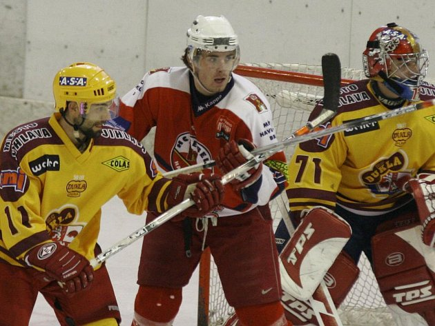 Hokejový obránce Jan Šmarda (vlevo) se rozhodl ukončit kariéru. Potřeboval prý uniknout ze zápasového stereotypu.