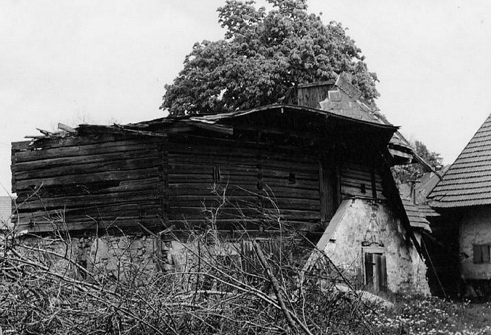 Ve Zhoři  byly  zachovány dvě památné sýpky.  Obě jsou zapsány na seznamu kulturních památek. Jedna stojí  stále na svém místě. Torzo druhé (na snímku) bylo po zřícení převezeno do skanzenu na Veselém kopci, kde byla sýpka zrekonstruována.