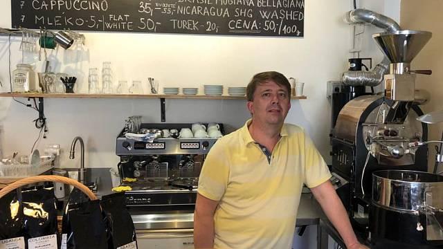 Miroslav Cvek v pražírně kávy, která v Telči funguje dva roky.