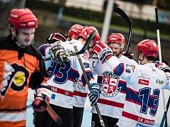 Hlouček hráčů rezervního celku SK slaví jednu ze sedmi branek, kterými zasypal rivala z HBC Flyers. Derby mělo jasného vítěze.