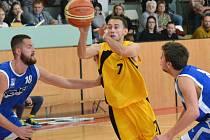 Jihlavští basketbalisté (ve žlutém) doma přejeli Olomouc.