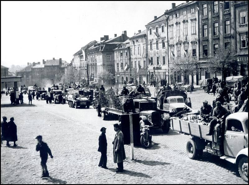 Po konci války projely jihlavským náměstím jedním směrem od jihu k severu tisíce automobilů a kusů vojenské techniky. Reprofoto: archiv Stanislava Jelínka
