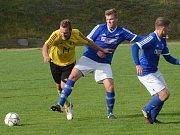 Fotbalisté Třeště (v modrých dresech) remizovali s týmem Okříšek 3:3.