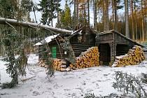 Škody v lesích jsou na stromech i majetku myslivců.