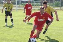 Fotbalisté Stonařova (v červeném) se na domácím  turnaji do boje o zlato nedostali. Proti Moravským Budějovicím vyhořeli v koncovce.