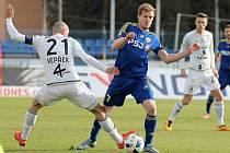 Dvaadvacetiletý Petr Hronek (v modrém obchází olomouckého Michala Vepřeka) odehrál před příchodem do Jihlavy v první lize pouhých dvaadvacet minut při dvou utkáních. Vysočinu ale táhne pryč od sestupových vod jako zkušený mazák.