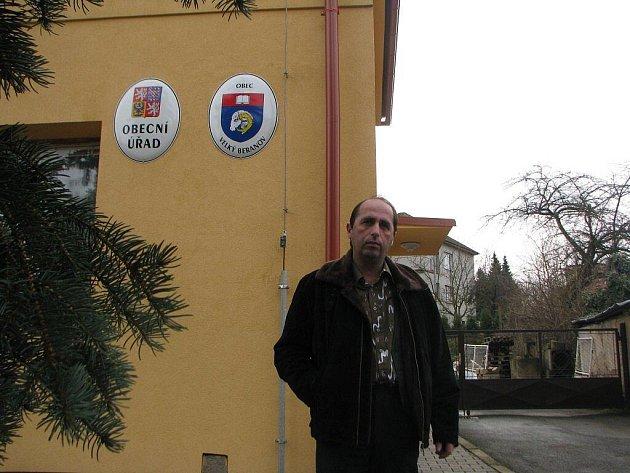 Starosta Velkého Beranova Jaroslav Kokejl (na snímku) vyráží do terénu. Tentokrát bude za chvíli řešit smužem v montérkách stavební problémy.