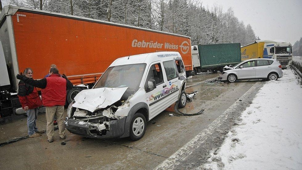 Hromadná nehoda 14 vozidel na 127. km dálnice D1.